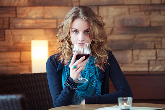 How to Hold Wine Glass Properly You Should Know